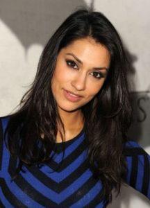Janina Gavankar, voz y rostro de Iden Versio en el videojuego es quien narra la versión en audio libro de Inferno Squad